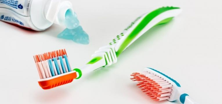 não trocar a escova de dentes é um dos erros de higiene mais comuns