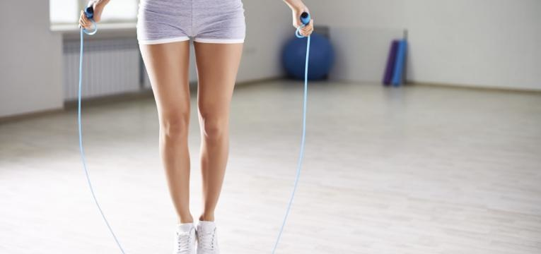 saltar à corda é uma boa opção nos exercícios para pernas