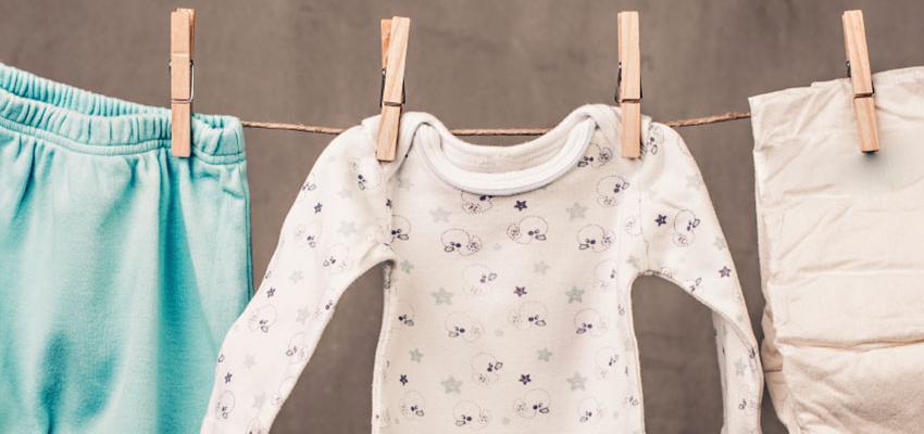 roupa de bebé pendurada no estendal com molas
