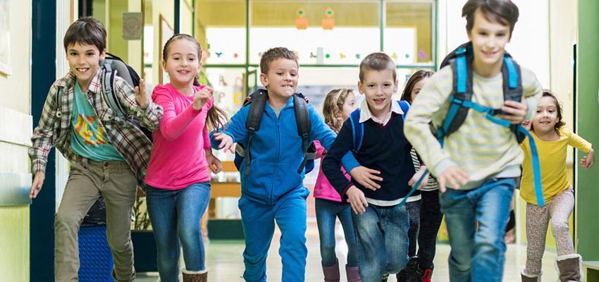 crianças a correr no corredor
