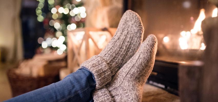 pés em frente à lareira