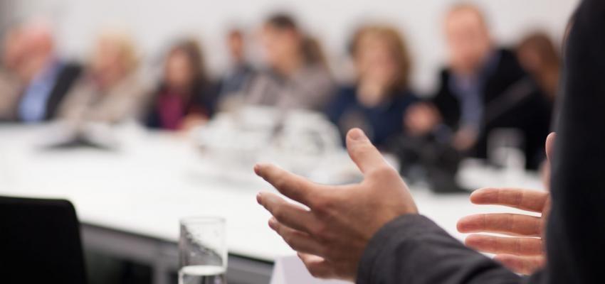 homem a fazer uma apresentação num seminário