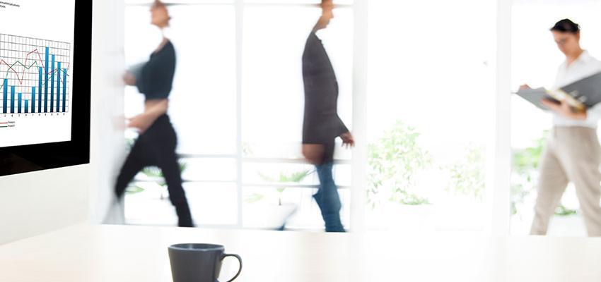pessoas a andar num escritório