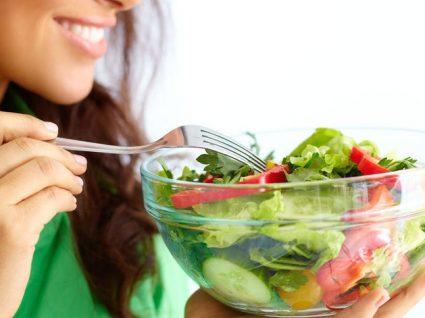 Dicas e truques sobre como comer mais salada e dar mais cor aos seus pratos
