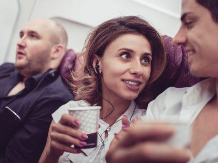 Vai pedir chá ou café num avião? Pense duas vezes