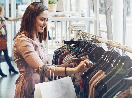Qual é a melhor altura para comprar roupa e poupar?