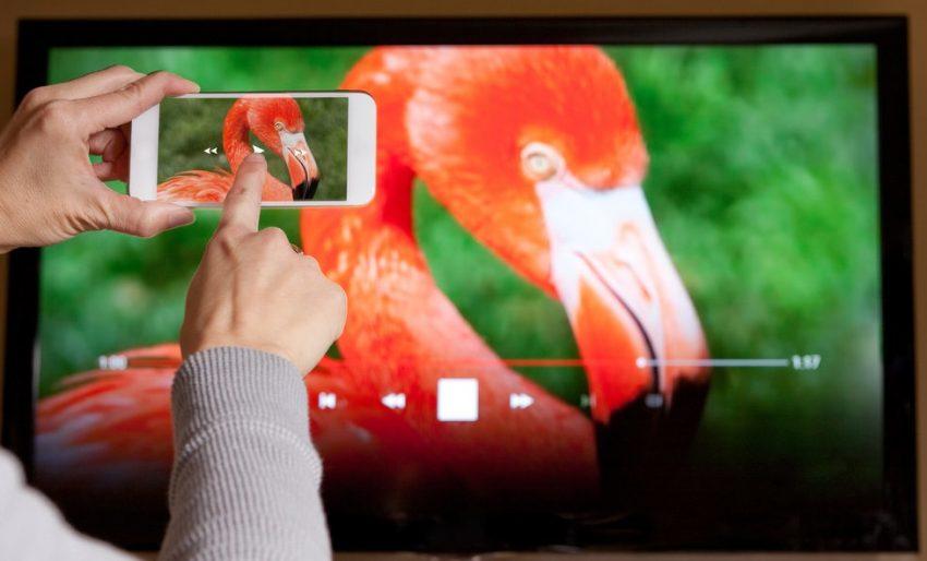 Como ligar o telemóvel à TV: 4 opções simples