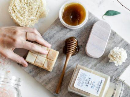 Estes são os produtos de beleza feitos à base de mel que precisa conhecer