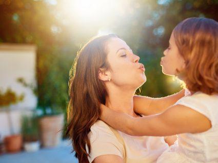 Os pais devem beijar os filhos na boca: sim ou não?