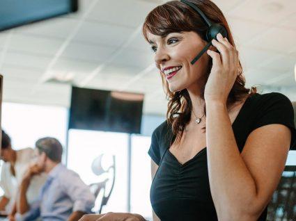 Melhor forma de atender o telefone no trabalho: 8 dicas