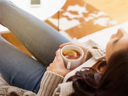 Chá para dores menstruais: 10 infusões que podem ajudar!