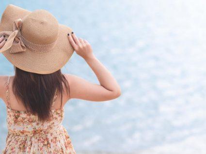Os 10 melhores chapéus para usar na praia este verão