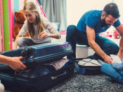 Vai viajar com os miúdos? Dizemos-lhe o que levar na mala de férias das crianças