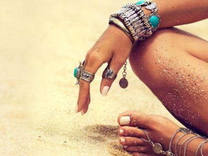 Como usar bijuteria na praia com muito estilo