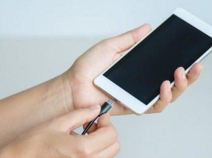Usa o telemóvel enquanto carrega? Saiba que pode ser perigoso