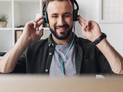 Como ouvir o som da TV com auscultadores