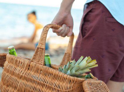 O que não comer na praia para se manter hidratado e longe de intoxicações