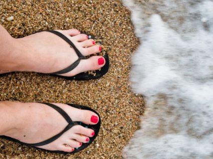 5 chinelos de praia desde 1€ que todas as mulheres vão querer