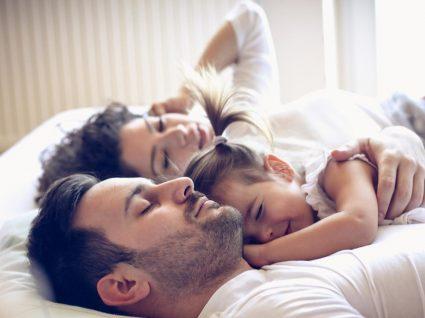 Criança na cama dos pais: sim ou não?
