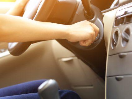 Pisar a embraiagem ao ligar o carro: sim ou não?