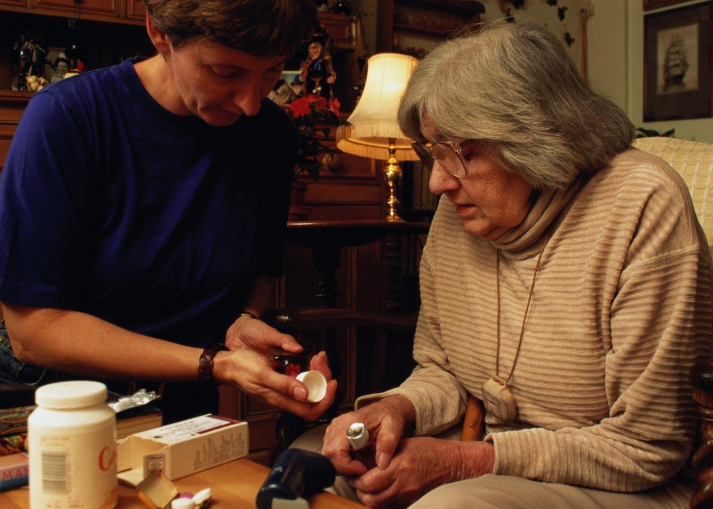 cuidadora informal a tratar da medicação de idosa