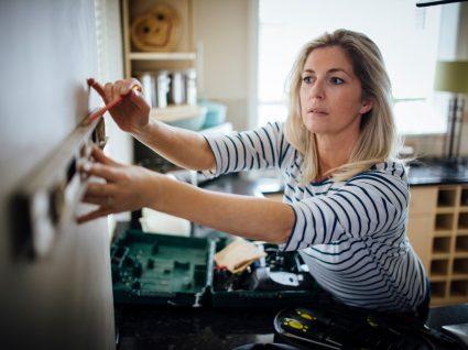 mulher a medir parede para fazer pequenas obras em casa que não precisam de licença