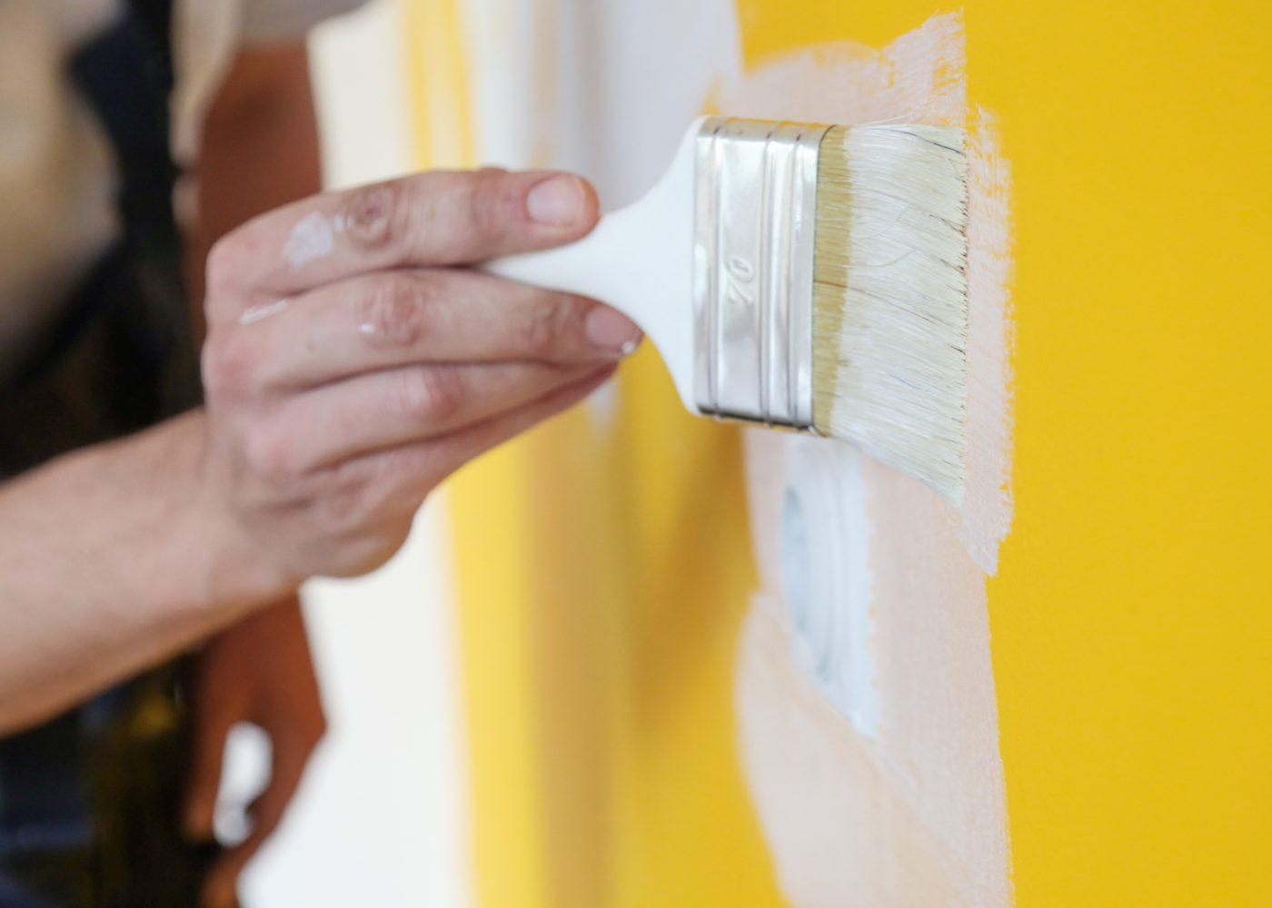pessoa a pintar parede e a fazer pequenas obras em casa que não precisam de licença