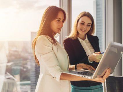 mulheres a analisar lista da top employers portugal