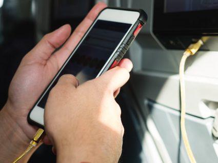 Cuidados a ter ao carregar o telemóvel em público