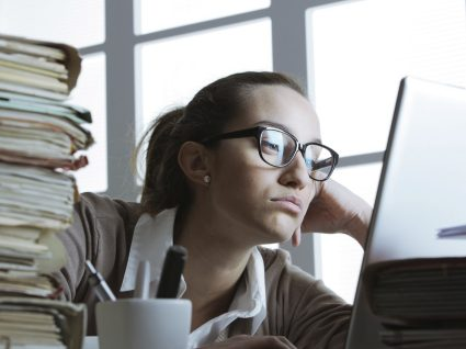 Aborrecido no trabalho: 6 dicas para acordar