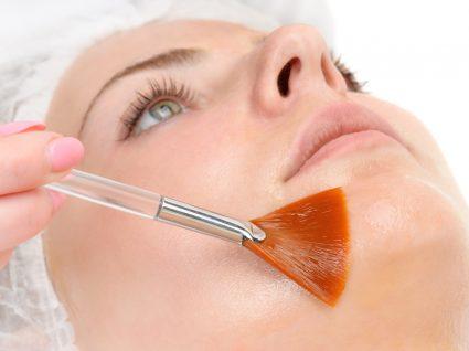 Mulher a aplicar ácidos para a pele