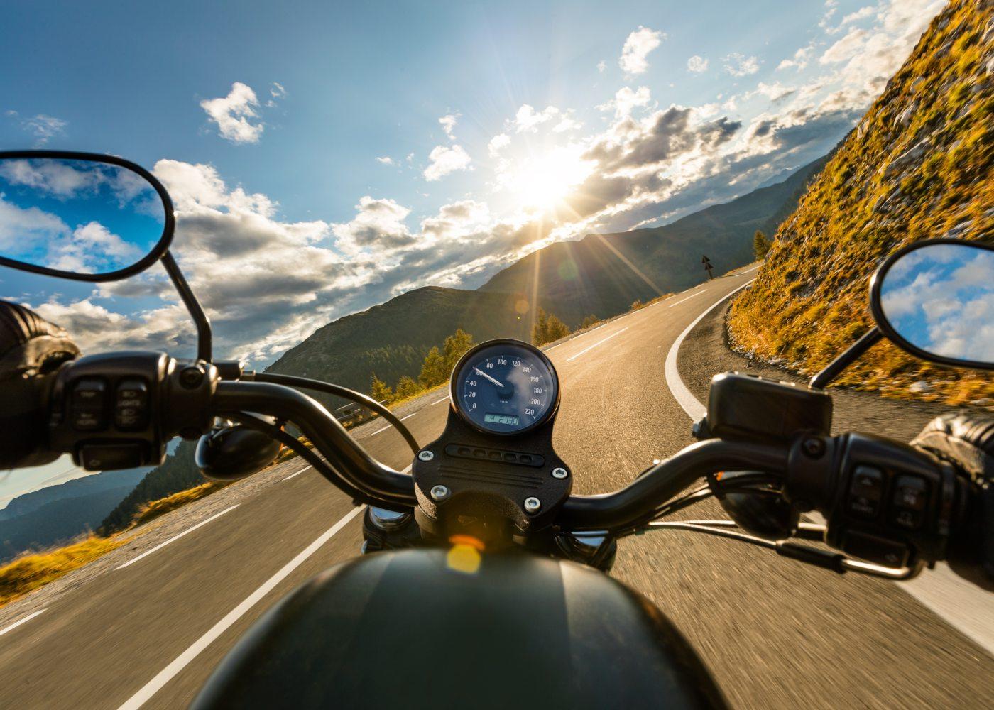 andar de mota em estrada de montanha