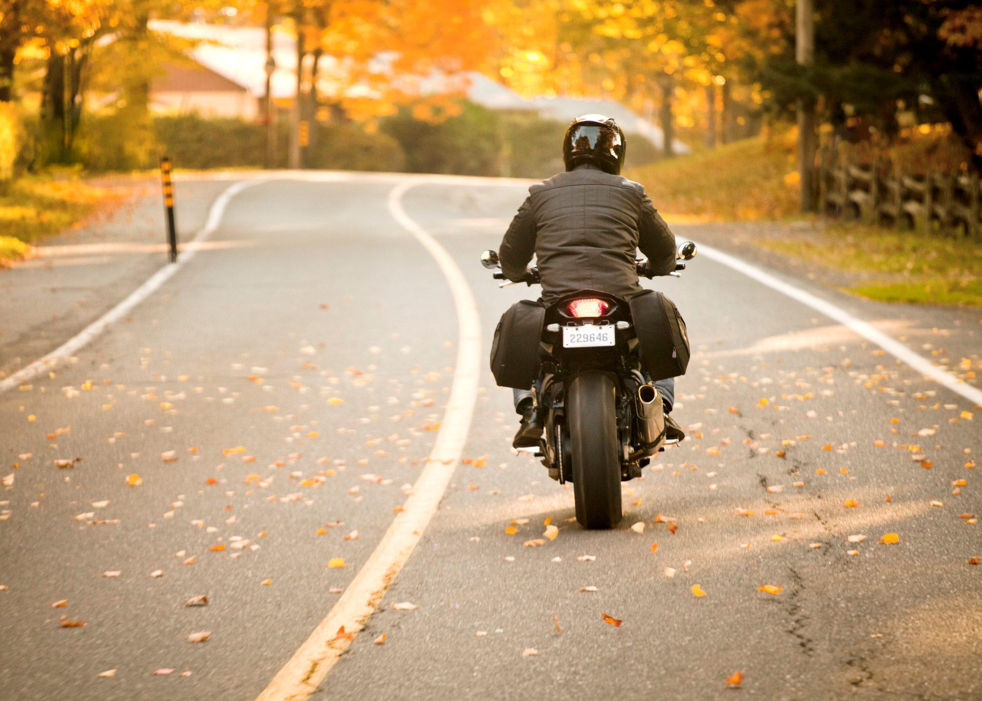 mota a andar em estrada no outono