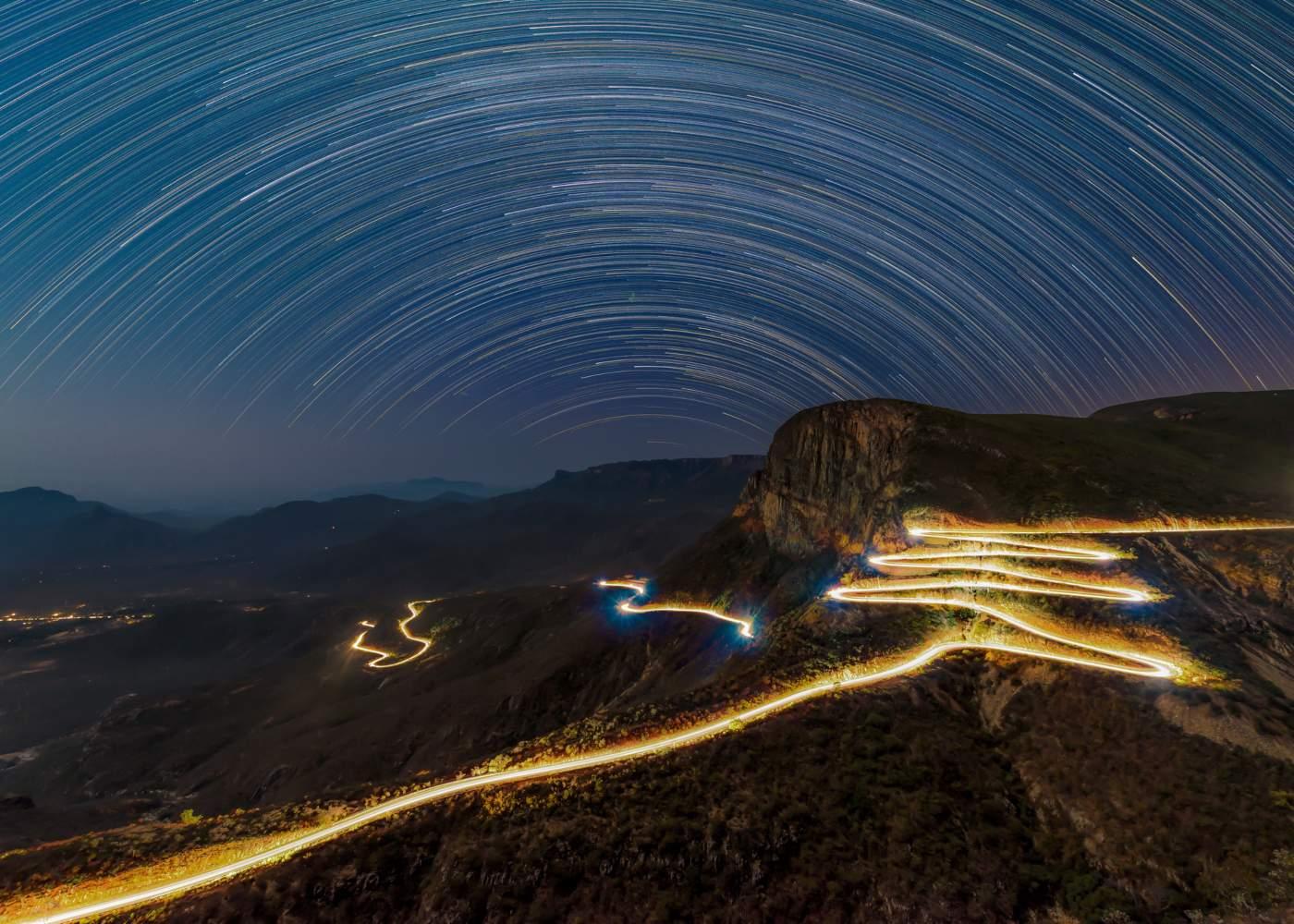 Vista noturna da serra da Leba em Angola