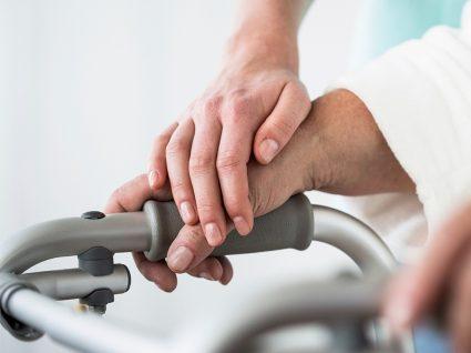Auxiliar de geriatria: funções, salários e emprego