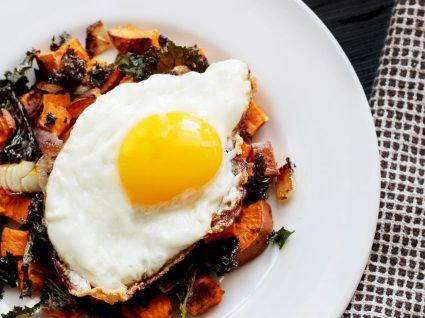 Batatas assadas com ovo e alecrim [com vídeo]