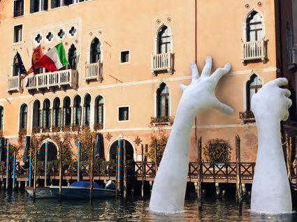 Já viu estas mãos gigantes em Veneza?