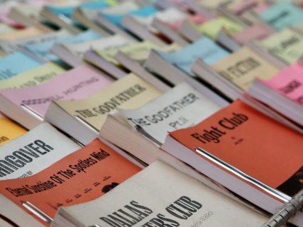 Na feira do livro na Rua das Flores há livros ao quilo
