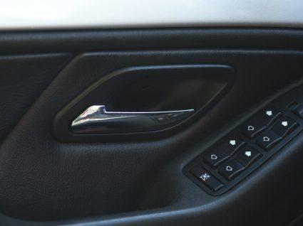 Saiba porque deve abrir sempre a porta do carro com a mão direita