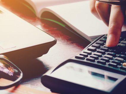 Poupar ou pagar dívidas: 5 conselhos