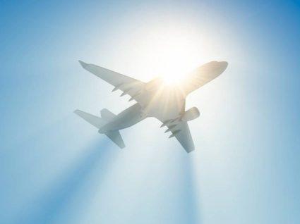 6 coisas que não deve fazer durante uma viagem de avião