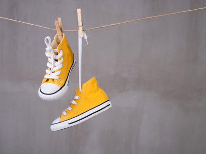 sapatilhas penduradas a secar