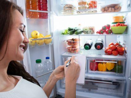 mulher a olhar o frigorifico organizado