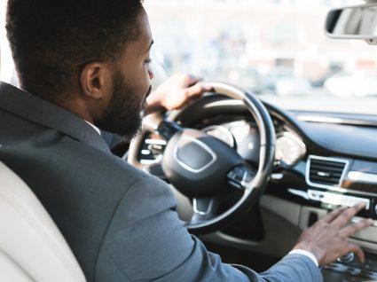 homem a conduzir carros emprestados