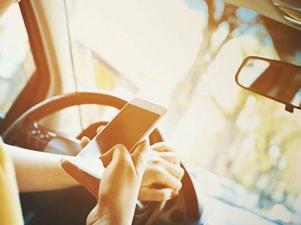 Conduzir com o telefone na mão: o que diz a lei