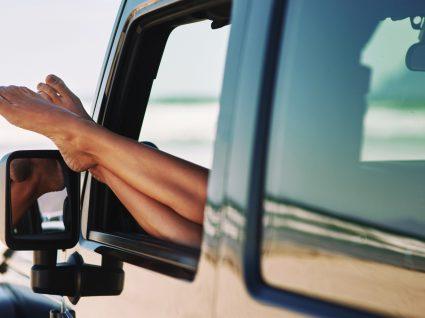 Conduzir descalço dá multa? 4 conselhos para conduzir no verão