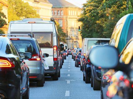 condutores numa fila de trânsito a conduzir em portugal com carta estrangeira