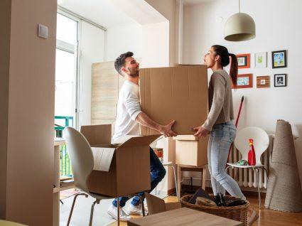 jovens a fazer mudanças depois de assinar contrato de arrendamento habitacional