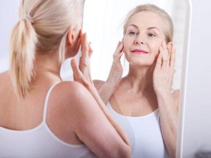 Mulher a aplicar cremes anti-rugas aconselhados por dermatologistas