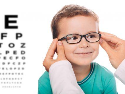 criança com óculos